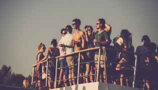 Dimensions: Boat party tickets in de verkoop