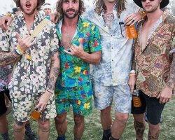 Colour, colour en nog meer colour: dé festivaloutfits voor mannen