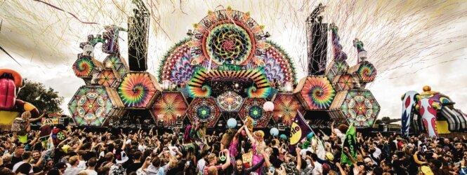 Report Elrow Town Amsterdam: dansjes naast een opblaasbaar, kleurrijk reptiel